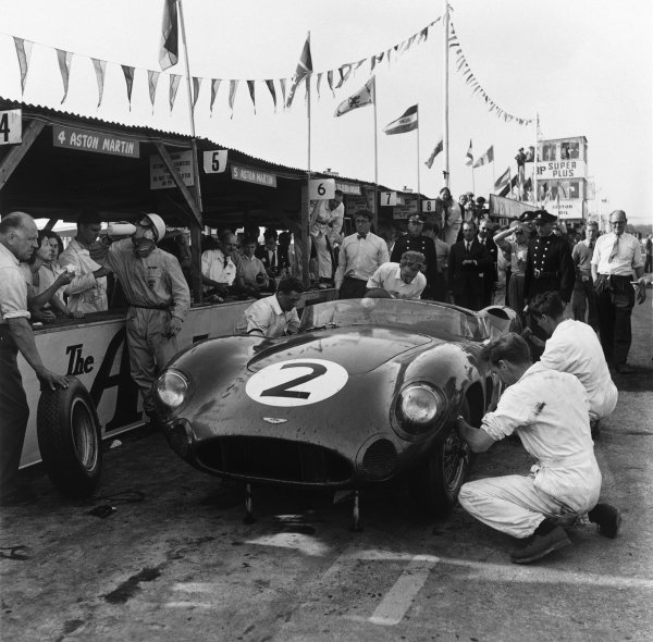 Goodwood, West Sussex, Great Britain. 5th  September 1959. Carroll Shelby/Stirling Moss/Tony Brooks/Jack Fairman (Aston Martin DBR1), 1st position, Moss takes a drink in the pits, portrait. World Copyright: LAT Photographic. Ref: 4981