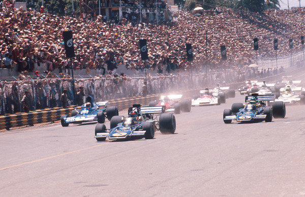 1973 Brazilian Grand Prix.Interlagos, Sao Paulo, Brazil.9-11 February 1973.Emerson Fittipaldi leads teammate Ronnie Peterson (both Lotus 72D Ford's) and Jackie Stewart (Tyrrell 005 Ford) at the start.Ref-73 BRA 31.World Copyright - LAT Photographic