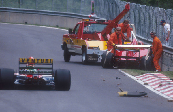1992 Canadian Grand Prix.Montreal, Quebec, Canada.12-14 June 1992.Marshals get rid of Ivan Capelli's Ferrari F92A after his accident. He just went straight on in a corner and hit the wall hard.Ref-92 CAN 13.World Copyright - LAT Photographic