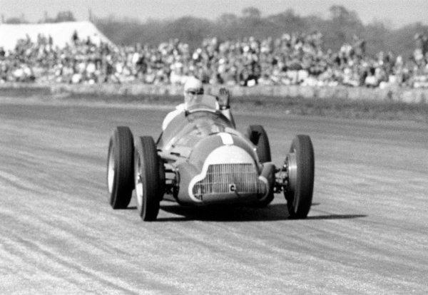 1950 British Grand Prix.Silverstone, Great Britain. 13th May 1950.Juan Manuel Fangio (Alfa Romeo 158) retires.World Copyright: LAT Photographicref: 50/13/16A-17