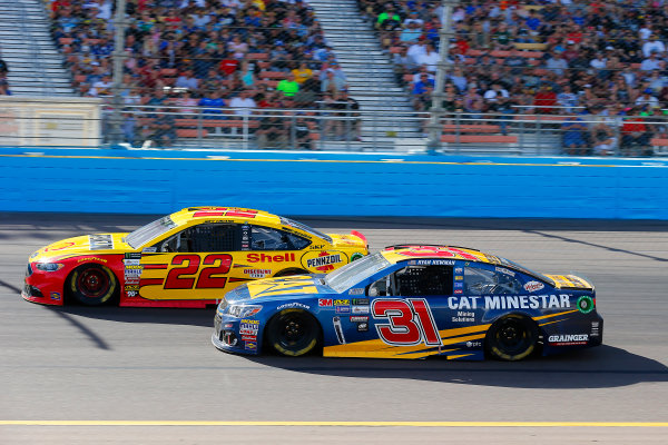 Monster Energy NASCAR Cup Series Can-Am 500 Phoenix Raceway, Avondale, AZ USA Sunday 12 November 2017 Joey Logano, Team Penske, Shell Pennzoil Ford Fusion and Ryan Newman, Richard Childress Racing, Caterpillar Chevrolet SS World Copyright: Russell LaBounty LAT Images