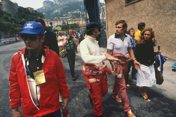 Monte Carlo, Monaco. 20-22 May 1977. Niki Lauda chats with Ferrari teammate Carlos Reutemann. Ref: 77MON52. World Copyright - LAT Photographic