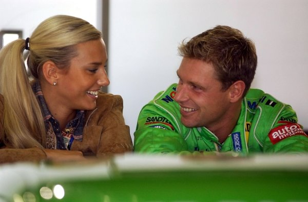 Bernd Maylander (GER), Oase AMG-Mercedes, has a laugh with his girlfriend while waiting for the start of the delayed qualifying session.