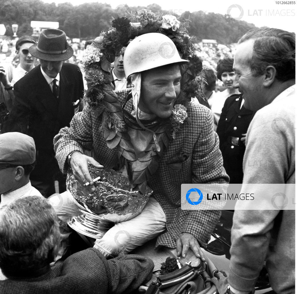 Brands Hatch, England. 3rd June 1961.Stirling Moss (Lotus 18/21-Climax), 1st position, chats to Colin Chapman, portrait.World Copyright: LAT PhotographicRef: 10002.