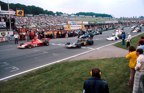 1974 British Grand Prix.Brands Hatch, England.18-20 July 1974.Niki Lauda (Ferrari 312B3) leads Ronnie Peterson (Lotus 72E Ford) and the rest away at the start.Ref-74 GB 11.World Copyright - LAT Photographic