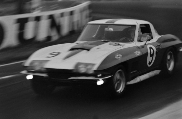 Bob Bondurant / Dick Guldstrand, Dana Chevrolet, Chevrolet Corvette.