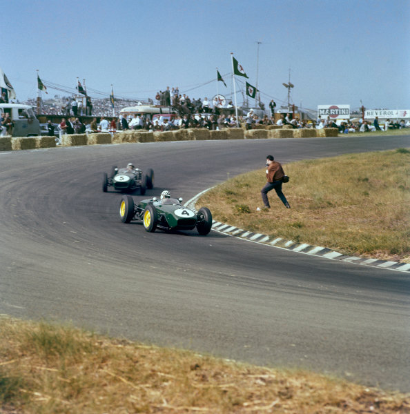 Zandvoort, Holland. 4-6 June 1960.Innes Ireland leads Alan Stacey (both Lotus 18 Climax). Ireland finished in 2nd position. Ref-3/0184. World Copyright - LAT Photographic