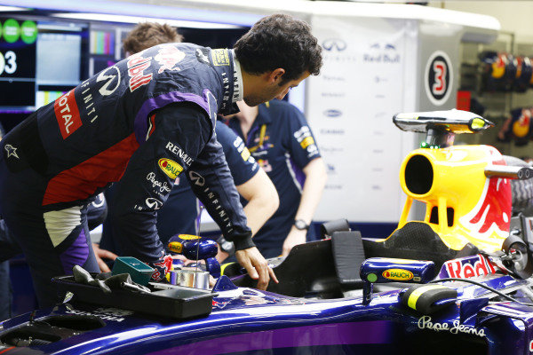 Marina Bay Circuit, Singapore. Thursday 18 September 2014. Daniel Ricciardo, Red Bull Racing. World Copyright: Andy Hone/LAT Photographic. ref: Digital Image _ONZ1866
