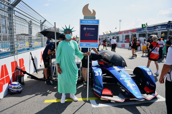 A grid model dressed as the Statue of Liberty on the grid with Nick Cassidy (NZL), Envision Virgin Racing, Audi e-tron FE07