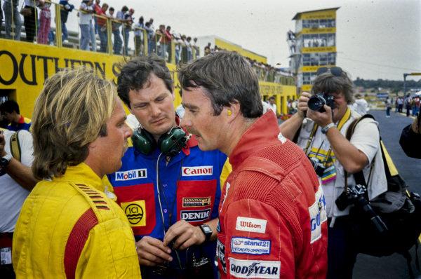 Nigel Mansell and Keke Rosberg in conversation with Frank Dernie.