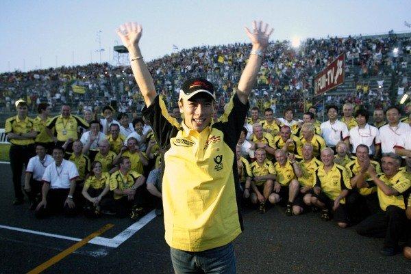 Fifth placed Takuma Sato (JPN) Jordan celebrates his first Formula 1 points with his team.Japanese Grand Prix, Suzuka, 13 October 2002.DIGITAL IMAGE