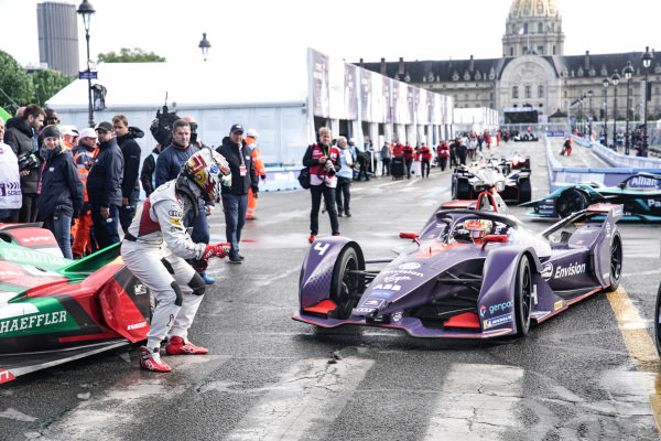 Daniel Abt (DEU), Audi Sport ABT Schaeffler, Audi e-tron FE05, gives a thumbs up to Robin Frijns (NLD), Envision Virgin Racing, Audi e-tron FE05 after he wins the race