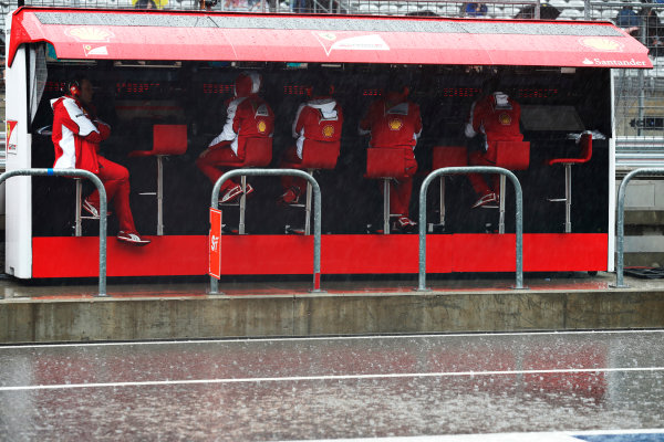 Circuit of the Americas, Austin, Texas, United States of America.  Saturday 24 October 2015. The Ferrari team wait on the pit wall in the rain. World Copyright: Alastair Staley/LAT Photographic ref: Digital Image _79P2840