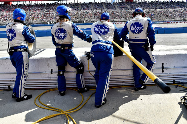 2017 Monster Energy NASCAR Cup Series Auto Club 400 Auto Club Speedway, Fontana, CA USA Sunday 26 March 2017 Crew members for the #47 World Copyright: Rusty Jarrett/LAT Images ref: Digital Image 17FONrj_5787