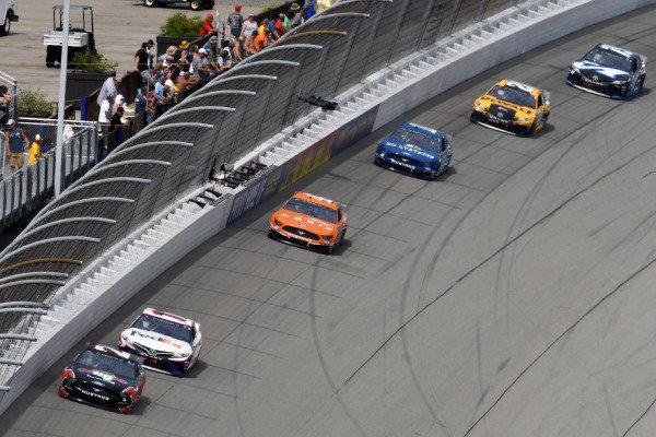 #21: Paul Menard, Wood Brothers Racing, Ford Mustang Master Techs/Quick Lane Tire & Auto Center and #11: Denny Hamlin, Joe Gibbs Racing, Toyota Camry FedEx Office
