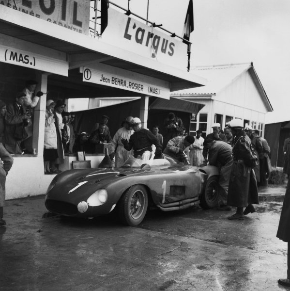 Montlhery, Paris. 10th June 1956 Jean Behra/ Louis Rosier (Maserati 300S), 1st position,  pit stop action. World Copyright: LAT Photographic Ref:  454.