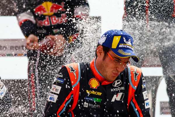 Thierry Neuville sprays the victory champagne on Rally Portugal