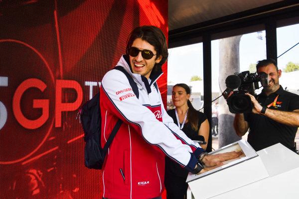 Antonio Giovinazzi, Alfa Romeo Racing hand moud