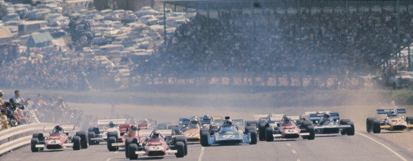 1971 South African Grand Prix.Kyalami, South Africa.4-6 March 1971.Clay Regazzoni (Ferrari 312B) leads the rest of the field away at the start.Ref-71 SA 27.World Copyright - LAT Photographic