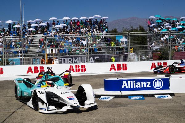Oliver Turvey (GBR), NIO Formula E Team, NIO Sport 004 leads Lucas Di Grassi (BRA), Audi Sport ABT Schaeffler, Audi e-tron FE05