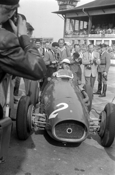 Giuseppe Farina, Ferrari 500, surrounded by photographers after the race.