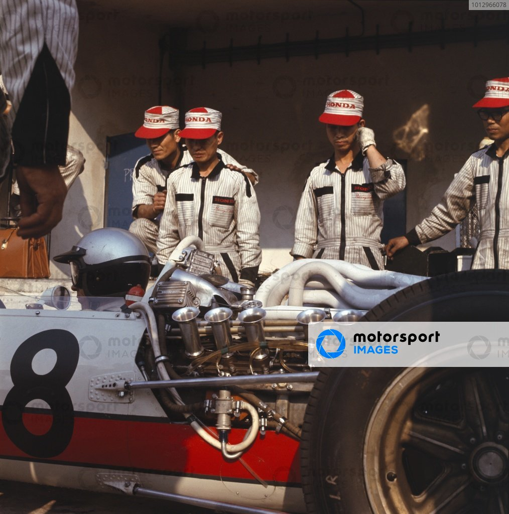 1966 Italian Grand Prix. Monza, Italy. 2nd - 4th September 1966. Richie Ginther (Honda RA273) is discussed by the mechanics. Ref: 2324. World Copyright: LAT Photographic