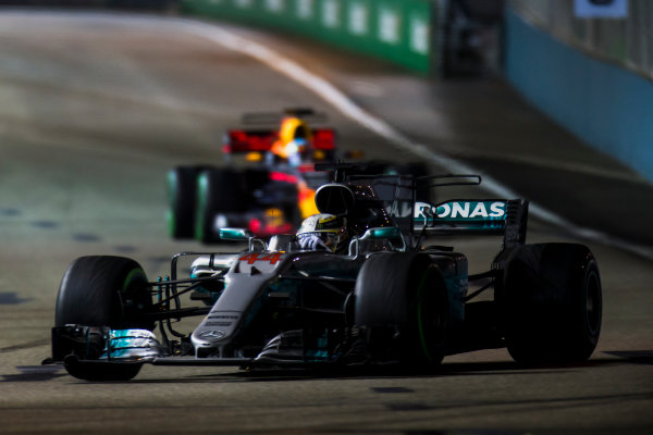 Marina Bay Street Circuit, Marina Bay, Singapore. Sunday 17 September 2017. Lewis Hamilton, Mercedes F1 W08 EQ Power+, leads Daniel Ricciardo, Red Bull Racing RB13 TAG Heuer.  World Copyright: Zak Mauger/LAT Images ref: Digital Image _X0W6062