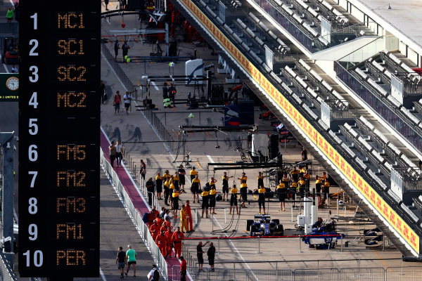 Circuit of the Americas, Austin, Texas, United States of America. Thursday 19 October 2017. Renault and Sauber teams make preparations in the pits. World Copyright: Sam Bloxham/LAT Images  ref: Digital Image _W6I1597
