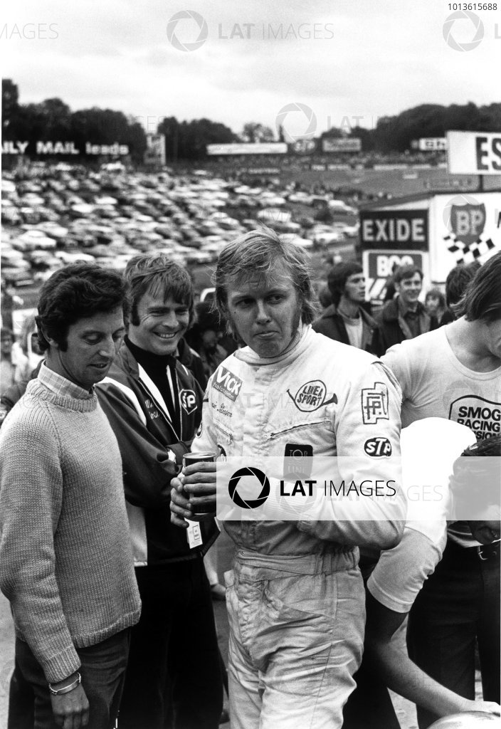Rothmans International Trophy. Brands Hatch, England. 30th August 1971. Ronnie Peterson (March 712M - Cosworth FVA), 1st position, on the grid with Max Mosley and photojournalist, Max Le Grand before the race, portrait.  World Copyright: LAT Photographic. Ref:  4006 - 27A-28.