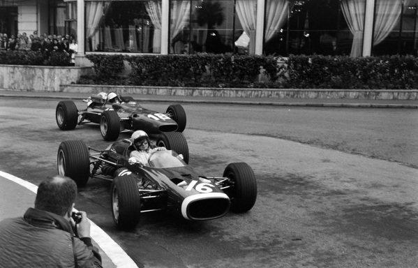 Bruce McLaren, McLaren M4B BRM, leads Lorenzo Bandini, Ferrari 312.