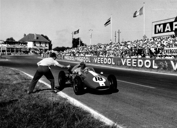 1959 Coupe International de Vitesse Reims. 5 July 1959 Harry Schell stops for a drink during an incredibly hot support race to the Grand Prix.