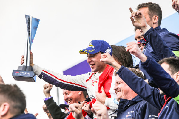 Robin Frijns (NLD), Envision Virgin Racing, 1st position, celebrates his maiden victory with the team