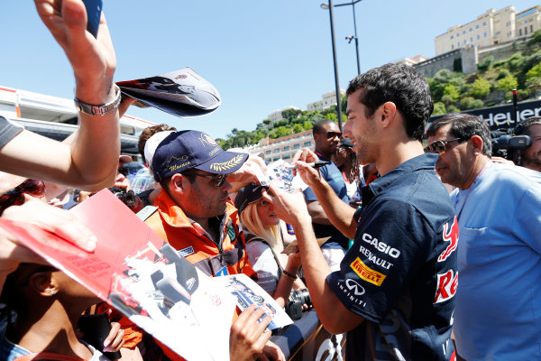 Monte Carlo, Monaco. Friday 22 May 2015. Daniel Ricciardo, Red Bull Racing, signs autographs for fans. World Copyright: Alastair Staley/LAT Photographic. ref: Digital Image _R6T9606