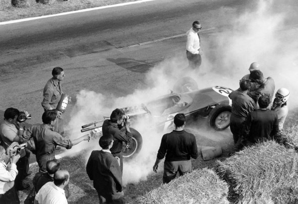 1962 French Grand Prix Rouen-les-Essarts, France. 6-8 July 1962 Maurice Trintignant (Lotus 24-Climax) breaks down during practice. He finished the race in 7th position World Copyright: LAT PhotographicRef: Autosport b&w print