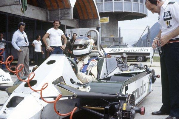 1982 Brazilian Grand Prix.Rio de Janeiro, Brazil. 19-21 March 1982.Carlos Reutemann (Williams FW07C-Ford Cosworth) in the pits with Frank Williams.World Copyright: LAT PhotographicRef: 35mm transparency 82BRA31