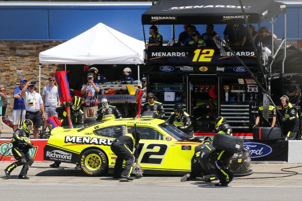 #12: Paul Menard, Team Penske, Ford Mustang Menards/Richmond pit stop