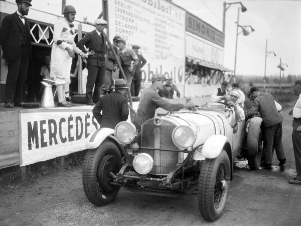 Boris Ivanowski / Henri Stoffel, Mercedes-Benz SSK, makes a pit stop.