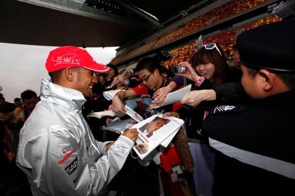 Shanghai International Circuit, Shanghai, China15th April 2010Lewis Hamilton, McLaren MP4-25 Mercedes, signs some autographs for fans. Portrait. Atmosphere. World Copyright: Andrew Ferraro/LAT Photographicref: Digital Image AF5D8213