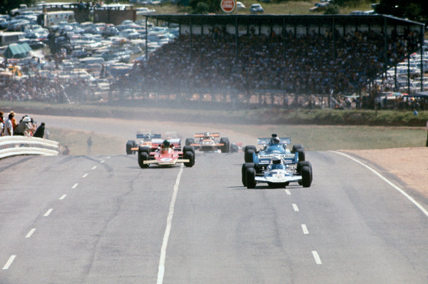 Kyalami, South Africa. 4-6 March 1971.John Surtees (Surtees TS9-Ford), retired, leads Chris Amon (Matra-Simca MS120B), 5th position, and Reine Wisell (Lotus 72C-Ford), 4th position, at the start, action. World Copyright: LAT Photographic.Ref: 72SA07.