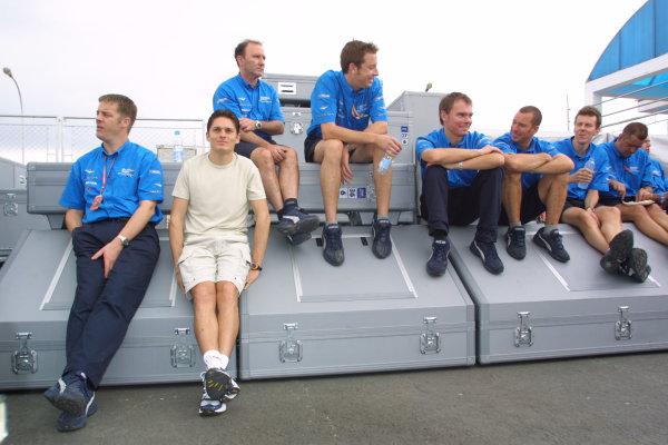 2001 Brazilian Grand Prix.Interlagos, Sao Paulo, Brazil. 30/3-1/4 2001.Giancarlo Fisichella (Benetton Renault) and the Benetton mechanics.World Copyright - Bellanca/LAT Photographicref: 8 9 MB Digital