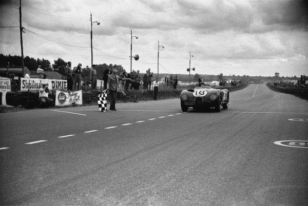 Le Mans, France. 13-14 June 1953 Tony Rolt/Duncan Hamilton (Jaguar XK120 C), 1st position, action. World Copyright - LAT Photographicref: 53 - 55 - 29.