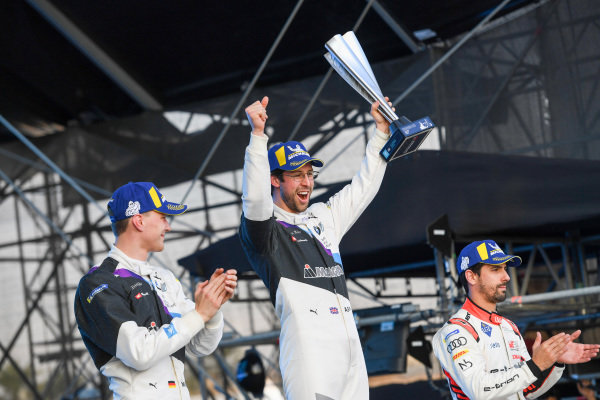 Alexander Sims (GBR) BMW I Andretti Motorsports, 1st position congratulates Maximilian Günther (DEU), BMW I Andretti Motorsports, BMW iFE.20, 2nd position, take a selfie with their team and Lucas Di Grassi (BRA), Audi Sport ABT Schaeffler, Audi e-tron FE06, 3rd position