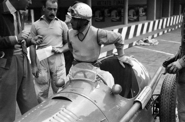 Sergio Mantovani/Luigi Musso, Maserati A6GCM-53, in the pits.