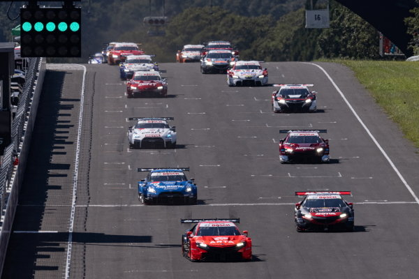 The GT500 field take the start of the Sugo 300km race, led by the Autobacs Racing team Aguri, Honda NSX-GT GT500