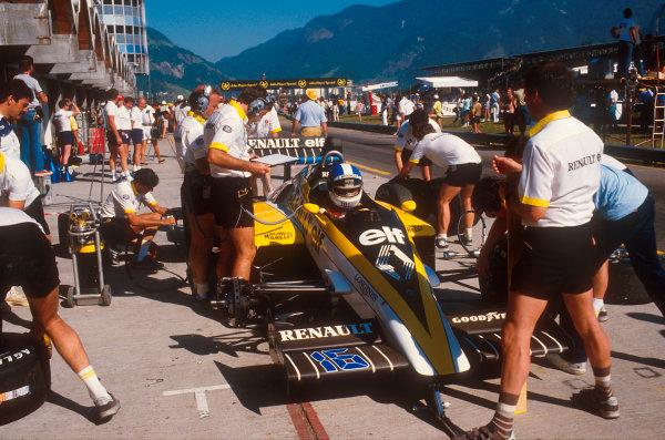 Jacarapagua, Rio de Janeiro, Brazil.5-7 April 1985.Derek Warwick (Renault RE60) 10th position.Ref-85 BRA 11.World Copyright - LAT Photographic