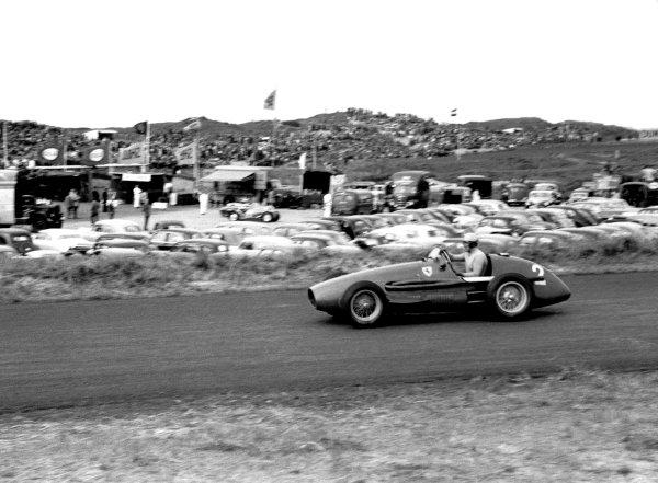 1953 Dutch Grand Prix. Zandvoort, Holland. 5-7 June 1953. Race winner Alberto Ascari (2.0 Ferrari 500 4), action. World Copyright: LAT Photographic ref: 53/47_19