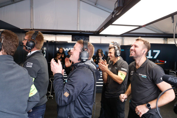 HWA Racelab, applaud Stoffel Vandoorne (BEL), HWA Racelab, VFE-05, during super pole