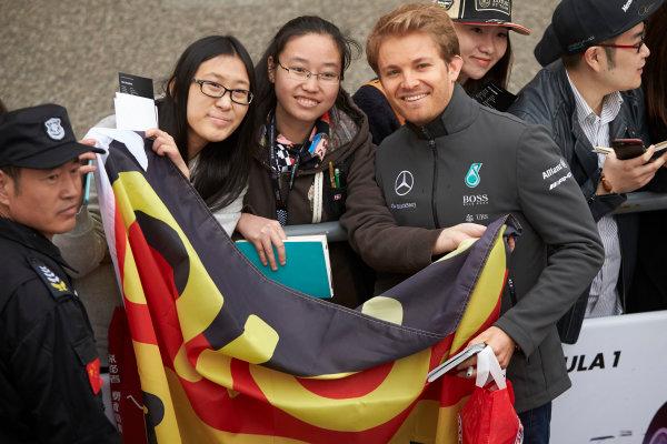 Shanghai International Circuit, Shanghai, China. Thursday 9 April 2015. Nico Rosberg, Mercedes AMG poses with fans for a photograph. World Copyright: Steve Etherington/LAT Photographic. ref: Digital Image SNE26901