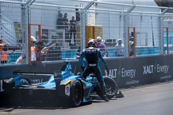 2016/2017 FIA Formula E Championship. Round 10 - New York City ePrix, Brooklyn, New York, USA. Sunday 16 July 2017. Pierre Gasly (FRA), Renault e.Dams, Spark-Renault, Renault Z.E 16, climbs from his car after crashing. Photo: Andrew Ferraro/LAT/Formula E ref: Digital Image _FER9842