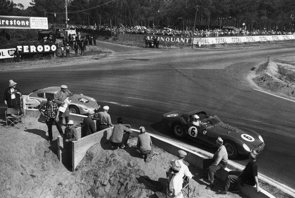 Le Mans, France. 23rd - 24th June 1962.Olivier Gendebien/Phil Hill (Ferrari 330 TRI/LM), 1st position, leads Ben Pon/Carel Godin de Beaufort (Porsche 695 GS), retired, action. World Copyright: LAT Photographic.Ref:  B/WPRINT.